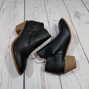 NWOT Universal Thread black booties block heel